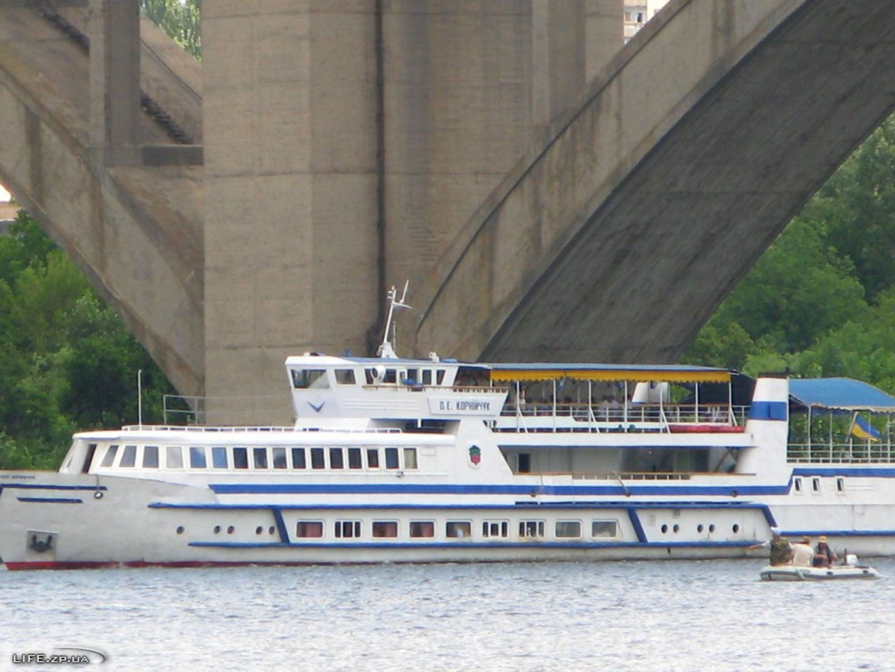 проход шлюзов на лодках