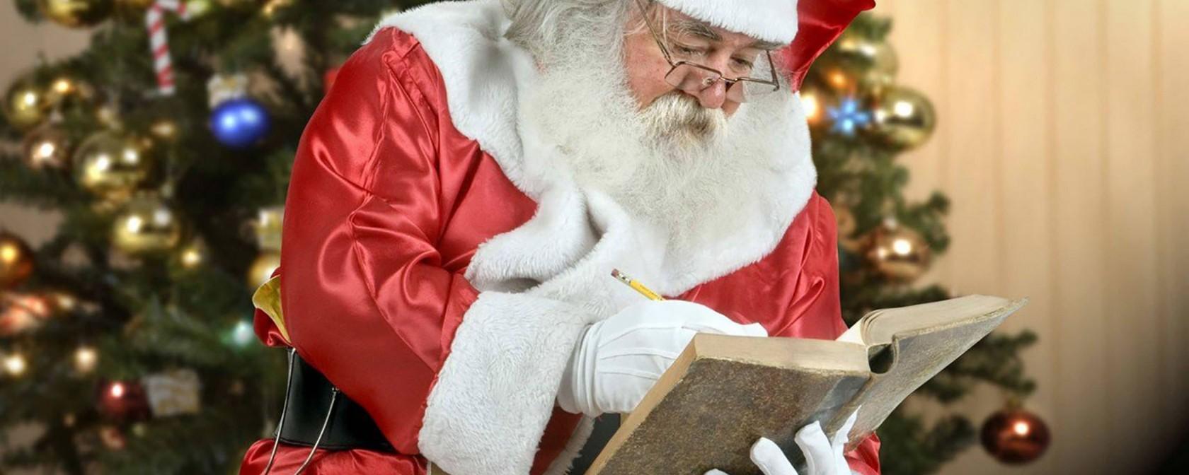 Дед Мороз записывает в книгу